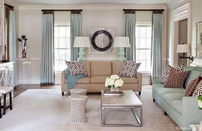 Дизайн гостиной с двумя окнами: на одной стене, на разных — фото примеры
