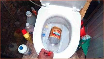 Как прочистить унитаз от засора в домашних условиях вантузом, сантехническим тросом, пластиковой бутылкой, бытовой химией
