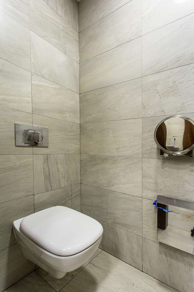 Отделка туалета: выбор материала и монтаж своими руками пошагово (40 фото) | Ванная и туалет